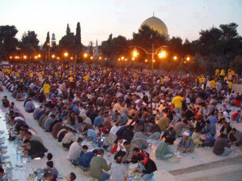 إفطار في باحات المسجد الأقصى يا ربي أحفظهم و تقبل منهم ومنا يارب العالمين