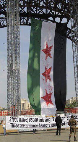 """علماً كبيراً للثورة السوريّة وضع ظهر اليوم (الجمعة) على برج """"إيفل""""27/07/2012"""