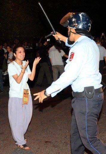 صورة لمرأة مغربية تتحدى زرواطة رجل أمن