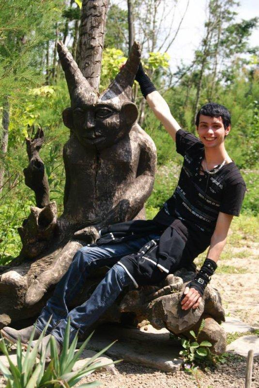 moi avec un demon de bois