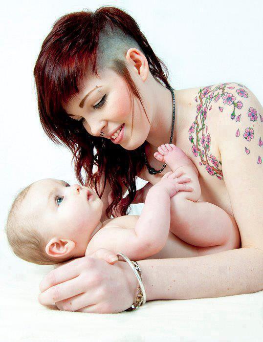 """"""" Quand un enfant est dans les bras de sa mère, il est au coeur du monde, de son monde à lui... """" Marc Levy"""