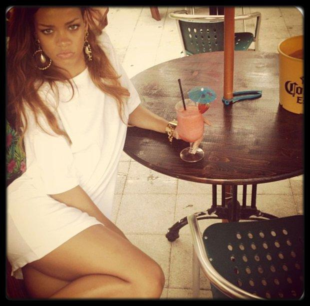 """Shakira arrive au NBC Universal Summer Press Day 2013 à Pasadena, le 22 avril 2013. / NORE / PAPI prépare la suite de Student of the Game / French Montana annonce une collaboration avec Miley Cyrus / Le pere de Amy Whinehouse n'aime pas la reprise de """"Back to Black"""" par Beyoncé et Andre 3000 / Beyoncé - The Mrs. Carter Show (Teaser) / Justin Bieber et Selena Gomez de nouveau ensemble / JoeyStarr sort blessé et en larmes de sa nuit en cellule / PHOTOS Rihanna reprend des forces avec des stripteaseuses et de l'herbe"""