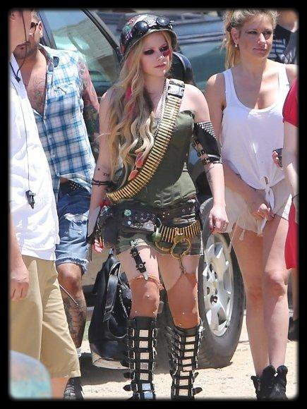 """Dj Khaled  fait sa demande en mariage à Nicki Minaj (Video) / Bill Clinton chante Blurred Lines par Robin Thicke (Video) / Avril Lavigne sur le tournage de son clip """"Rock N Roll"""" / VIDEO ROBBIE WILLIAMS DÉDICACE LES FESSES D'UNE FAN SUR SCÈNE / CARLA BRUNI : POLÉMIQUE AUTOUR DE SON SITE INTERNET FINANCÉ PAR L'ELYSÉE"""
