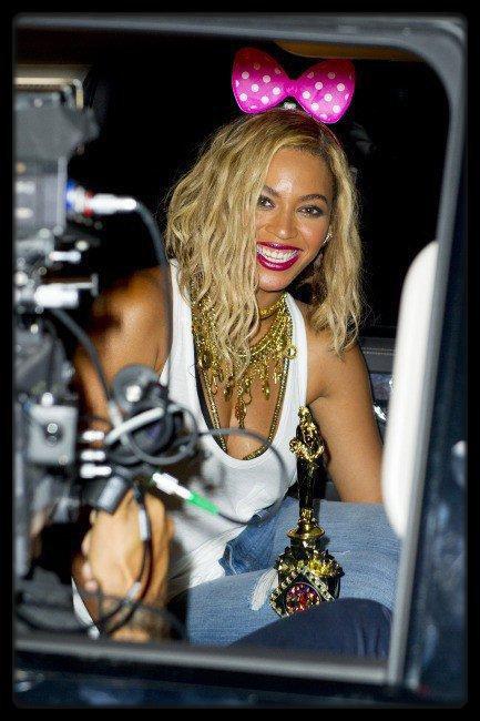Mika : il remplace Louis Bertignac dans le jury de The Voice ! / Lady Gaga à Londres hier / Cheryl Cole : la chanteuse se fait entièrement tatouer les fesses ! / Beyoncé sur le tournage de son clip hier