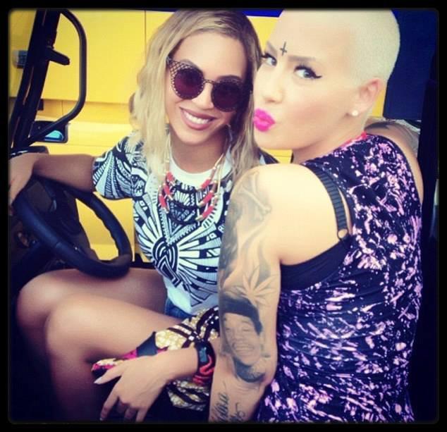 Ariana Grande sort son premier album Yours Truly / Miley Cyrus : tracklist de l'album BANGERZ / Eminem : Berzerk attendu numéro 1 des charts / LIL REESE – Supa Savage (Mixtape) / Beyoncé & Amber Rose, Lil Kim, Usher & Ludacris (Photos)