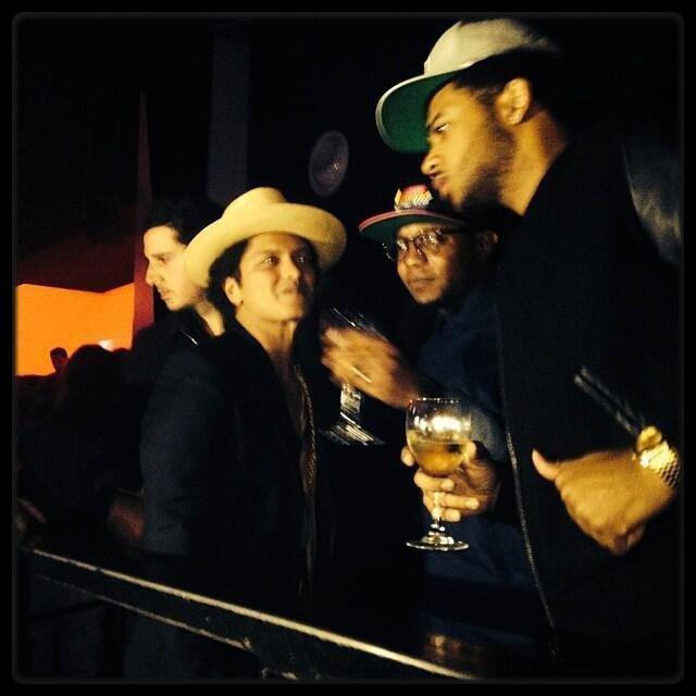 Rihanna en Afrique du sud (Photo) / Bruno Mars lors de l'after party de son concert à paris hier (Photo) / KAARIS – Comment Je Fais (Live @ Planete Rap, Skyrock) / YO GOTTI – I Am (Album Cover + Tracklist)
