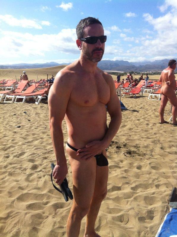 en string ficelle noir à la plage