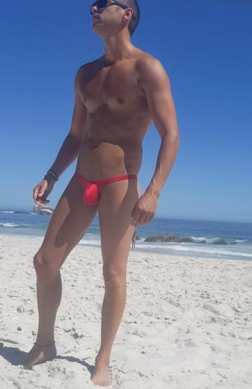 mini string rouge a la plage