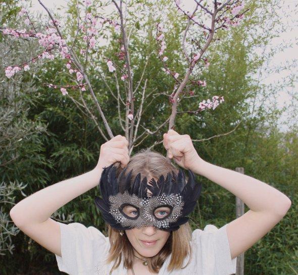 Une petite fille dans la forêt..
