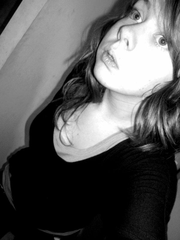 Et tu pleures c'est marrant ;  Le bonheur sans histoire ça me parait très chiant