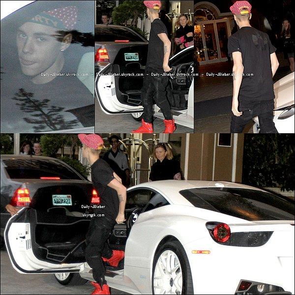 15/11/2012 :  Justin Bieber n'a fait que sortir, ce jour-là ! Ici, il se rendait à la Laugh Factory.  Petit top.
