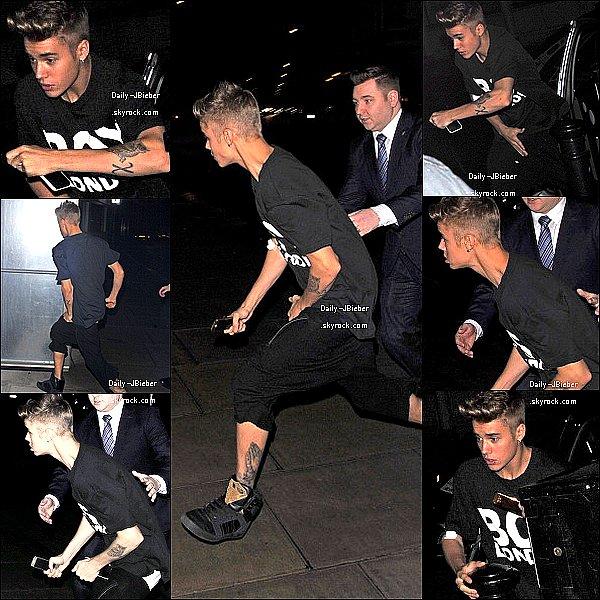 08/03/2013 :  Justin Bieber a été pris en photo de retour à son hôtel après le concert.
