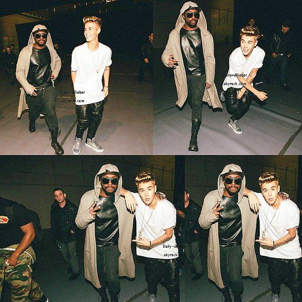 """17/03/2013 :  Photo personnelle de Justin avec ses amis Teddy Jay, Emma """"J"""" & CODY SIMPSON à la place du Trocadero, à Paris, où il effectuera son show le 19."""