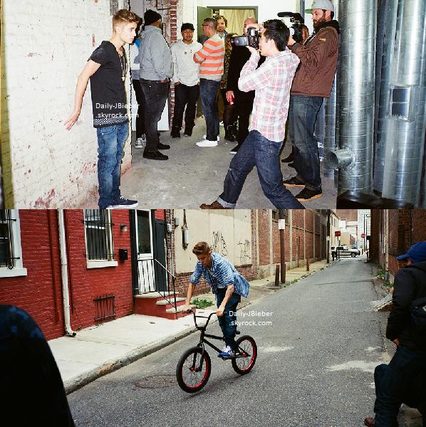08/06/2013 :   Après avoir été vu quittant le domicile de Miley Cyrus en compagnie de celle-ci, Justin Bieber et son amie ont ensuite été aperçus en soirée à LA.