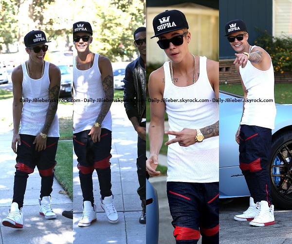 17/08/2013 :  Justin Bieber a été vu quittant la boite de nuit Mansion à Miami, en compagnie de Jay-z. Bof.