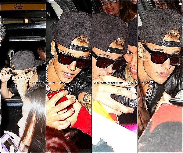 09/09/2013 :  Justin Bieber a été aperçu quittant le restaurant Sarafina à NYC et posant avec des fans.