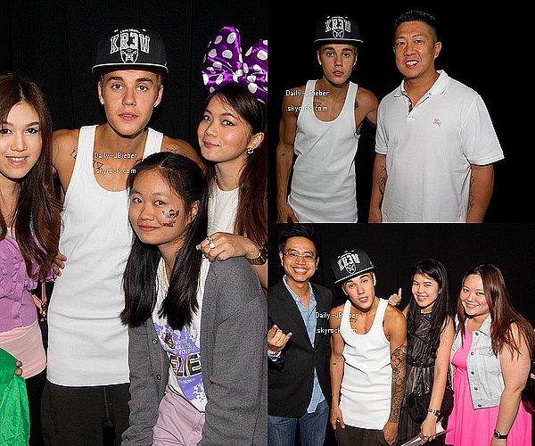 29/09/2013:  Justin Bieber a été pris en photo faisant du shopping à Pékin,& posant avec un fan.