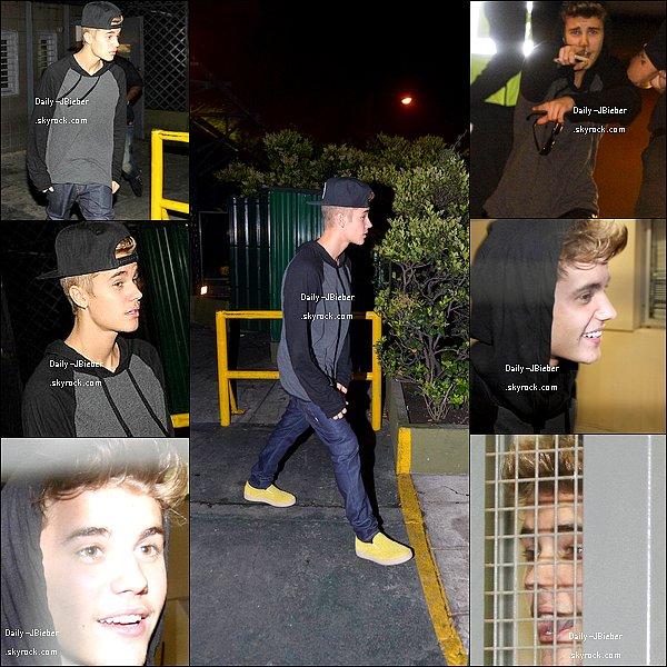 08/11/2013 :  Justin Bieber a été photographié au balcon de son hôtel par des fans, à Buenos Aires.