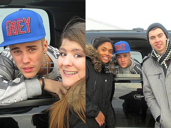 19/12/2013 :  Justin Bieber a pris le temps de poser avec quelques fans au Canada. Top.