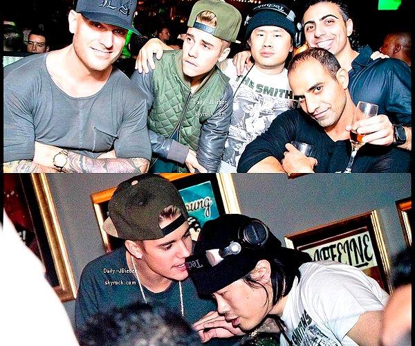 29/12/2013 :  Justin Bieber a posé avec quelques fans dans le froid de Toronto, au Canada.