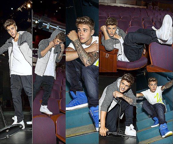 28/01/2014 :  Toujours en vacances, Justin Bieber a été aperçu à l'aéroport de Panama.