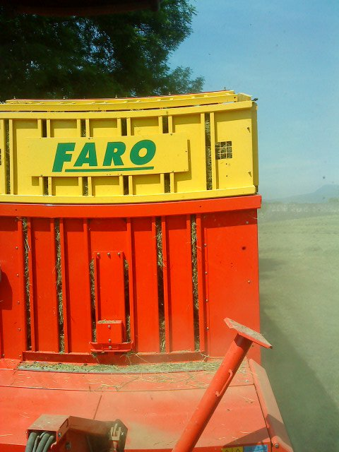 Chargement de foin 2012 avec MF 8220 et FARO 8000
