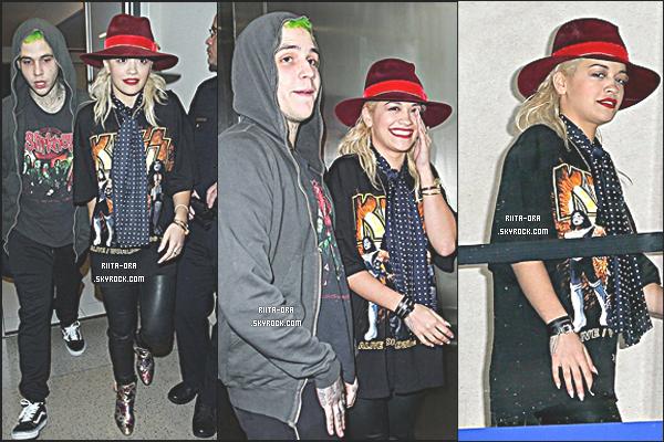 ♦ 23 OCTOBRE :CANDIS Rita Ora en compagnie de son petit ami Ricky Hil arrivant à l'aéroport LAX, à Los Angeles pour se rendre a New York.