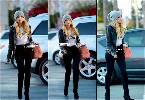06/04/13 : Ashley a été aperçue fesant du shopping avec une amie dans Beverly Hills.