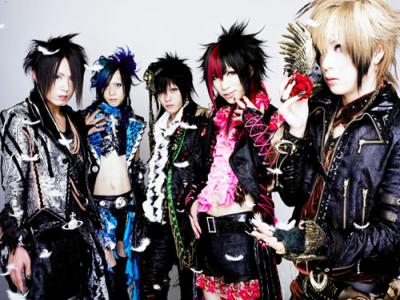 groupe japonais créé en 2004 dont le style vestimentaire se rapproche  du visual kei mais dont la musique est un mélange de diverses influences pop ,rock,