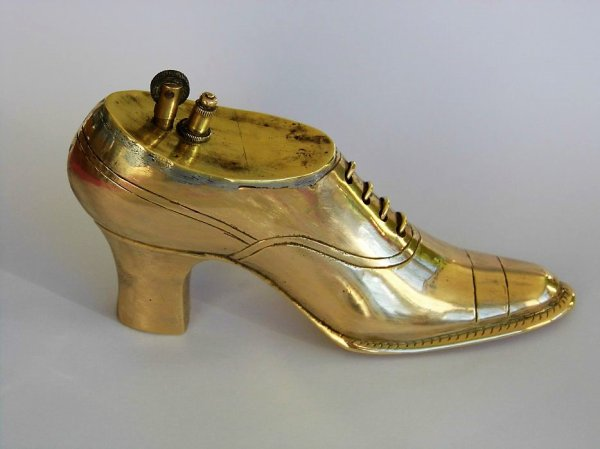 Briquet de table en forme de chaussure.