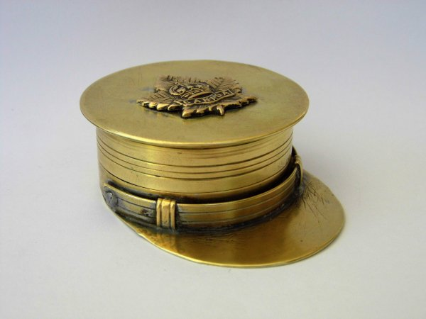 Briquet en forme de casquette.
