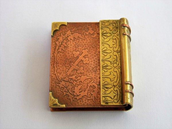 Briquet-livre croix de Lorraine et motifs baroques.
