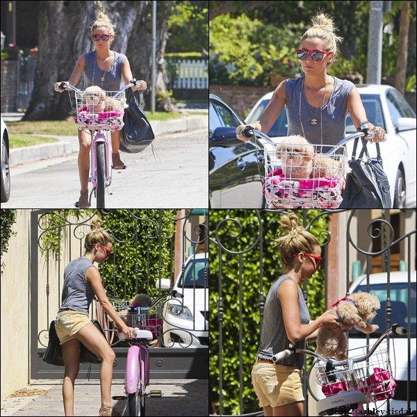 """Ce dimanche 7 août 2011, Ashley a d'abord été vue quittant """" Planet Beauty """", un magasin de beauté dans Studio City. Puis plus tard, elle a été vue faisant du vélo avec Maui à Toluca Lake."""