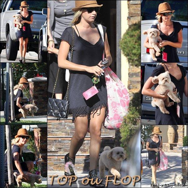 """Ce lundi 8 août 2011, Ashley a été vue avec Maui quittant la maison de ses parents. Puis elle est allée faire des courses au """" Trader's Joe """" de Toluca Lake."""