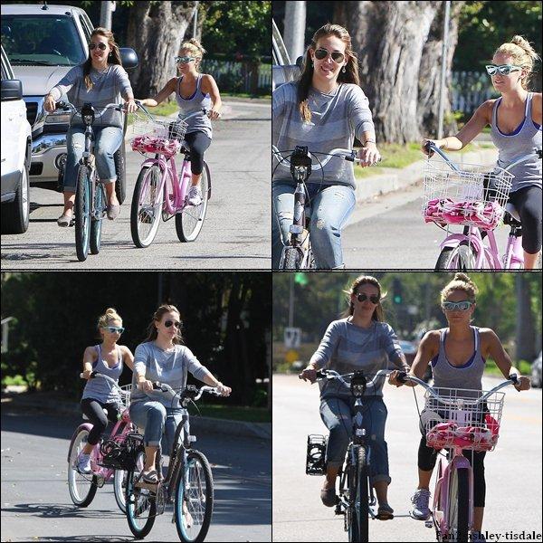 """Ce dimanche 14 août 2011, Ashley à d'abord été vue quittant """" Trader Joe's """", où elle avait été faire des courses. Puis plus tard dans la journée, elle a été vue avec Haylie Duff dans les rues de Toluca Lake faisant du vélo."""