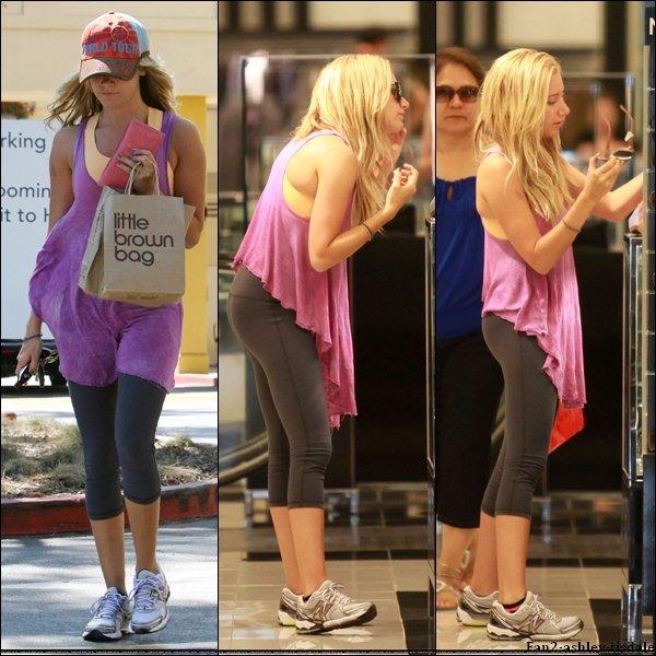 """Ce mardi 16 août 2011, les paparazzis ont suivis Ashley toute la journée. Elle à d'abord été vue allant à la salle de gym """" Equinox """" de West Hollywood. Puis elle a été vue quittant un studio d'enregistrement. Ensuite elle a été vue faire le plein d'essence. Et pour finir elle a été vue faisant du shopping au """" Westfield Mall """" de Sherman Oaks."""