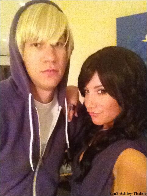 """31/10/2011 : Ashley a d'abord été vue alant au magasin """" Hair & Wigs Beauty Supply """" de Studio City, et ensuite arrivant à la salle de gym """" Equinox """" de West Hollywood. Dans l'après midi elle a été faire du shopping au magasin """" Alice + Olivia """". Et enfin elle a posté une photo d'elle et de Scott sur twitter avec ce commentaire : """"Selena et Justin sont prêts à faire la fête! Happy Halloween tout le monde :)""""."""