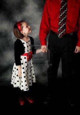 La petite fille et la main de son papa
