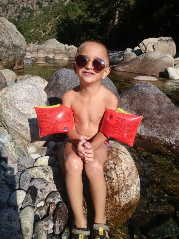 Mon petit prince Mario a la rivière a Asco