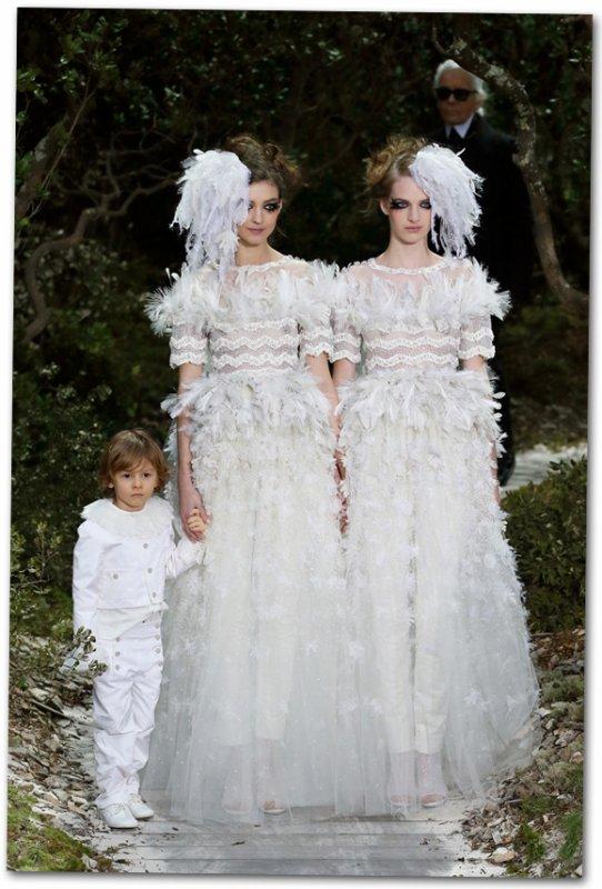 Deux mariées et un enfant clôturent le défilé Chanel
