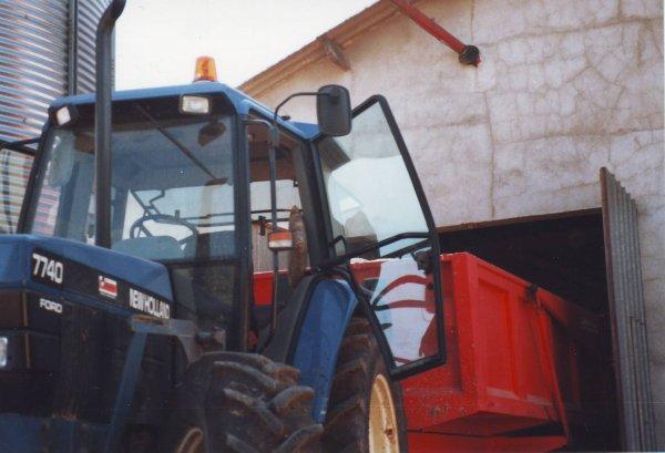 Rentrée du blé au silo en 1998 avec le Ford 7740