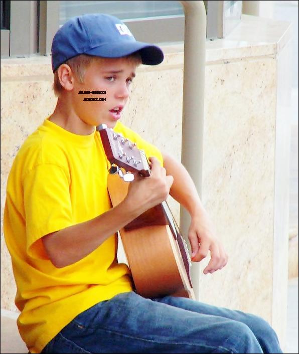 Justin performe dans les rues de Stratford au Canada le 20 août 2007 à 13 ans.