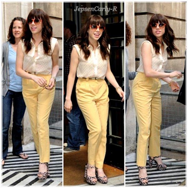 04/09/2012 - Carly sortant des studios de la BBC 05/09/2012 - Carly rentrant dans les studios de la BBC