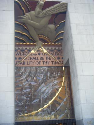 La statue au dessus de la porte d 39 entr e du rockfeller for Au dessus de la porte d entree