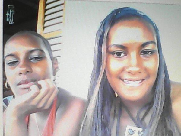 moi en rouge et ma soeur jumelle on n'etait pas encore facher