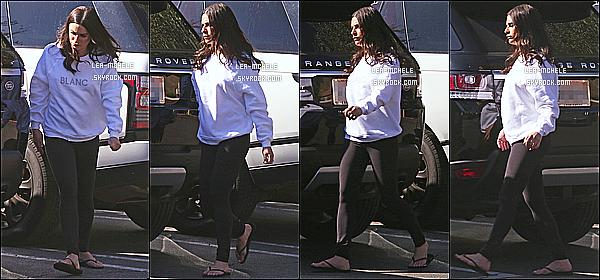 * 20/02/18 :    Lea M. a été photographiée par les paparazzis alors qu'elle se promenait, dans les rues de Los Angeles. Pas beaucoup de photos sont disponibles. C'est dommage que Lea ne sourit pas mis elle reste belle. Elle porte une tenue simple mais j'aime bien - Top !  *