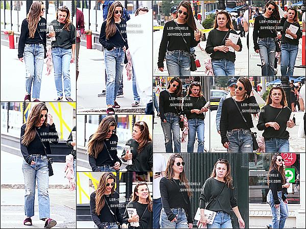 * 01/10/18 :    Lea a été aperçue lorsqu'elle se promenait dans les rues de New York - en compagnie de sa mère Edith. Lea Michele est toute belle et souriante. Ca fait plaisir de la voir passer du temps avec sa mère. J'aime trop la tenue qu'elle porte. C'est un Top pour moi.  *