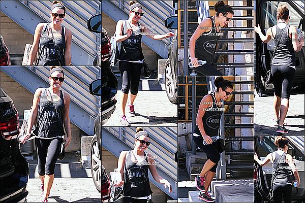 * 25/09/14 : Lea Michele a été aperçue alors qu'elle sortait de son cours de gym, qui se situe dans Los Angeles. Lea a ensuite été repérée se rendant au café The Sweat Shop, toujours à Los Angeles. Elle porte une tenue de sport simple mais j'aime assez. Top.  *