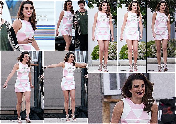 * 22/03/15 : Lea a été vue alors qu'elle était sur le tournage de la série « Scream Queens » à la Nouvelle-Orléans. Lea est toute belle et toute souriante. Son rouge à lèvres est jolie. J'aime bien les deux tenues qu'elle porte, surtout son ensemble rose - Donc Tops.  *