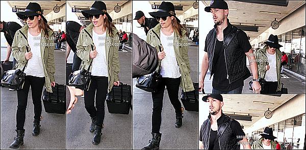 * 01/04/15 : Lea et son copain Matthew ont été aperçus alors qu'ils arrivaient à l'aéroport « LAX » de Los Angeles. Le tournage des deux premiers épisodes de Scream Queens est terminé.  J'aime bien la tenue qu'elle porte, son chapeau lui va vraiment bien - Top !  *